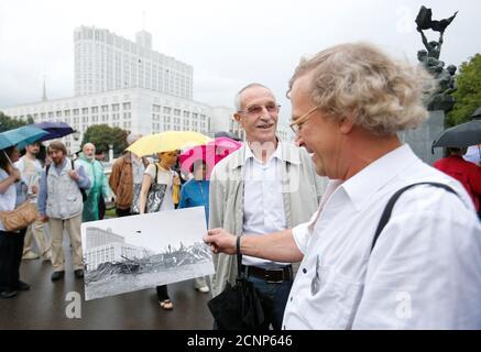 Menschen versammeln, um das 25. Jubiläum der August 1991-Putschversuch gegen Präsident Mikhail Gorbachev, das beschleunigte den Zusammenbruch der Sowjetunion, vor russischen White House, Sitz der Bundesregierung, in Moskau, Russland, 19. August 2016. REUTERS/Maxim Zmeyev - Stockfoto