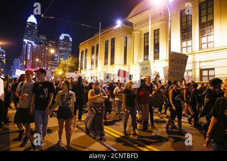 Demonstranten marschieren an der Polizeistation vorbei, während einer weiteren Nacht von Protesten über die Schüsse der Polizei auf Keith Scott in Charlotte, North Carolina, USA, 24. September 2016. REUTERS/Mike Blake - Stockfoto