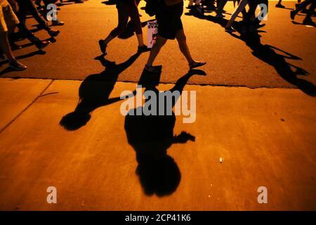 Demonstranten Schatten kennzeichnen der Bürgersteig als sie marschieren in einer anderen Nacht von Protesten über die Polizei schießen von Keith Scott in Charlotte, North Carolina, USA 24. September 2016  REUTERS/Mike Blake - Stockfoto