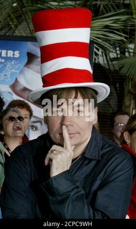 Schauspieler Mike Myers, Star des neuen Familien-Comedy-Films 'Dr. Seuss' The Cat in the hat' kommt zur Premiere des Films am 8. November 2003 in Los Angeles an. Myers ist die Katze im Film, zusammen mit den Co-Stars Alec Baldwin, Kelly Preston, Dakota Fanning und Spencer Breslin. Der Film beginnt im November 21 in den USA. REUTERS/Fred Prouser FSP