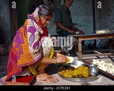 DISTRIKT KATNI, INDIEN - 08. JANUAR 2020: Eine indische alte Dame, die Samosa in einem armen Hotel macht. - Stockfoto