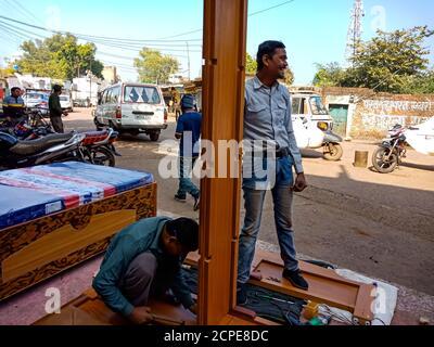 DISTRIKT KATNI, INDIEN - 08. JANUAR 2020: Ein indischer Holzarbeiter, der auf der Möbelwerkstatt ein Doppelbett macht. - Stockfoto