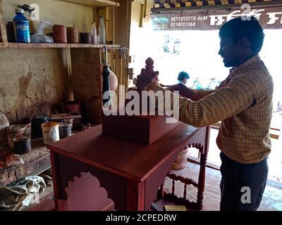 BEZIRK KATNI, INDIEN - 08. JANUAR 2020: Ein indischer hölzerner Künstler, der schönen hölzernen Tempel an der Werkstatt verursacht. - Stockfoto