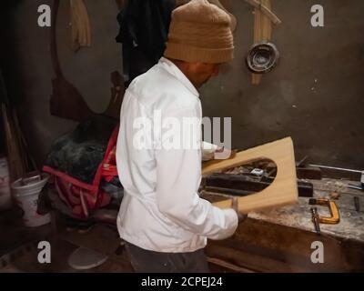 BEZIRK KATNI, INDIEN - 08. JANUAR 2020: Ein indischer Sägefabrikarbeiter, der Holzlog in der Werkstatt schaut. - Stockfoto
