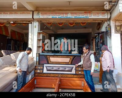 DISTRIKT KATNI, INDIEN - 08. JANUAR 2020: Zwei indische Arbeiten, die Möbelbett an offener Umgebung machen. - Stockfoto