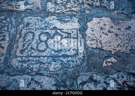 Bunte Festung Straße Spaziergang Szene, Nummer 988 auf Steinpflaster. Landschaft Winter Blick von der mediterranen Altstadt von Dubrovnik, berühmte europäische Reise und historische Destination, Kroatien Stockfoto