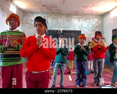 BEZIRK KATNI, INDIEN - 21. JANUAR 2020: Indische Regierung Schuldorf Studenten beten zusammen im Klassenzimmer. - Stockfoto