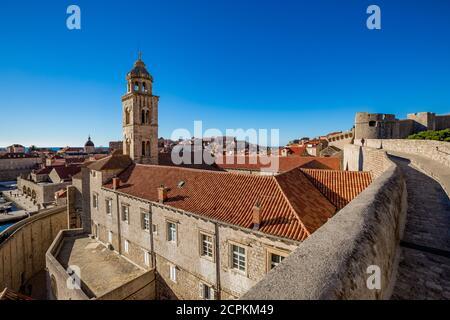 Bunte Festung Straße Spaziergang Szene, klaren Himmel sonnigen Tag. Kirche Glockenturm, Gebäude Dächer. Winteransicht der mediterranen Altstadt Dubrovnik, berühmte europäische Reise und historische Ziel, Kroatien Stockfoto