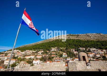 Bunte Festung Straße Spaziergang Szene, klaren Himmel sonnigen Tag. Kroatische Nationalflagge. Landschaft Winteransicht des Mittelmeers alten Dubrovnik, berühmte europäische Reise und historische Ziel, Kroatien Stockfoto