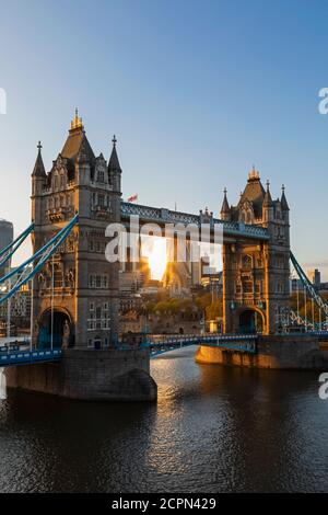 England, London, Southwark, Tower Bridge und City of London Skyline