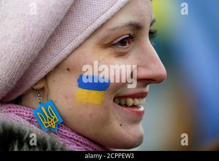Eine Frau mit ihrem Gesicht gemalt in den Farben der ukrainischen nationalen Flagge nimmt an Feierlichkeiten zum Tag der Einheit in Kiew, Ukraine, 22. Januar 2017.  REUTERS/Gleb Garanich - Stockfoto