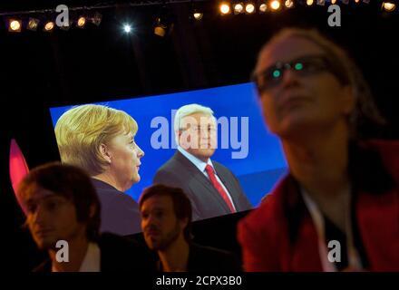 Journalisten sehen eine Fernsehdebatte zwischen der deutschen Bundeskanzlerin Angela Merkel (L), Führer der Christlich Demokratischen Union (CDU) in Deutschland und Frank-Walter Steinmeier, Bundesaußenminister und Kanzlerkandidaten der Sozialdemokratischen Partei (SPD), in Berlin 13. September 2009.  REUTERS/Thomas Peter (Deutschland-Politik-Wahlen)