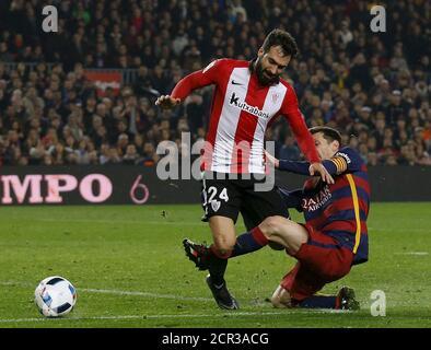 Fußball Fußball - Barcelona gegen Athletic Bilbao - Spanish King's Cup - Camp Nou Stadion, Barcelona - 27/1/16Barcelonas Lionel Messi kämpft um den Ball gegen Mikel Balenziaga. REUTERS/Albert Gea - Stockfoto