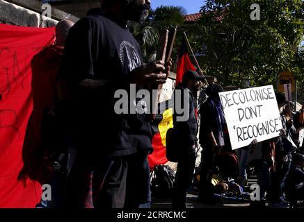 """Während eines Protestes vor einem Regierungsgebäude in Sydney, Australien, am 6. Juli 2015 halten Demonstranten der Aborigines Transparente und singen Slogans. Der australische Premierminister Malcolm Turnbull sagte am 10. Februar 2016, dass die Regierung eine Reihe von Zielen nicht erreicht habe, die darauf abzielen, das Los ihrer umkämpften Ureinwohner zu verbessern, da er seinen zehnten Jahresbericht über indigene Themen veröffentlichte. Nur zwei von sieben Zielen im Bericht """"Closing the Gap"""" von 2016, der die Bilanz der Regierung bei der Erreichung ihrer eigenen Ziele in Fragen wie Kindersterblichkeit, Lebenserwartung und wirtschaftlicher Leistung umreißt Stockfoto"""