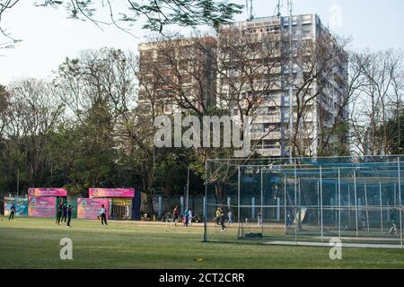 Kolkata, Indien - 1. Februar 2020: Mehrere unbekannte Menschen spielen Cricket in Alltagskleidung im Minhaj Gardan Park am 1. Februar 2020 in Kolkata