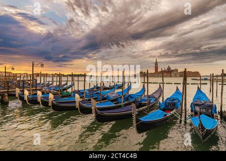 Venedig Italien, Sonnenaufgang City Skyline am Grand Canal mit Gondelboot