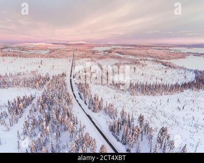 Gefährliche, eisige Winterstraßen in schlechten, rutschigen, Eis und Schnee bedeckt Fahrbedingungen in erstaunlich schöne Road Trip Landschaft und Landschaft