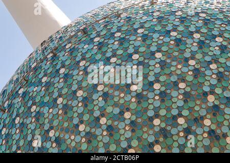 Die ikonischen Wahrzeichen Kuwait Towers auf einer Nahaufnahme zeigt seine blauen Emaille-Scheiben im Detail.