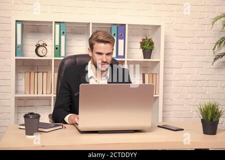Eigene Geschäfte zu machen. Geschäftsmann trinkt Kaffee. Selbstbewusster Mann, der ein Notebook verwendet. Gutaussehender Mann im Büro. Inspiriert von einer Tasse frischen Kaffees. CEO-Head-Office-Konzept. Geschäftsentwicklung. - Stockfoto
