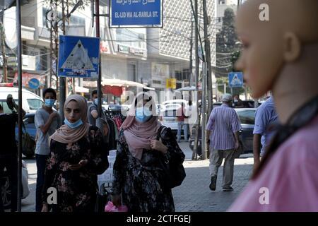 Gaza-Stadt. September 2020. Palästinenser mit Gesichtsmasken gehen am 22. September 2020 auf einer Straße in Gaza-Stadt. Palästina verzeichnete am Dienstag 557 neue Fälle, die mit dem neuartigen Coronavirus infiziert wurden, womit die Gesamtzahl der Infektionen auf 46,614 annahm. Im Gazastreifen hat die von der Hamas regierte Regierung kürzlich die Beschränkungen des Coronavirus gelockert. Kredit: Rizek Abdeljawad/Xinhua/Alamy Live Nachrichten