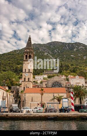 Perast historische Stadt in Kotor Bucht. Alte Stadt in Montenegro. Kapelle mit Glockenturm im Zentrum von Perast.