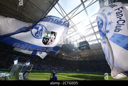 Gelsenkirchen, Deutschland. 2018. Apr 2017/2018 04. firo: Fußball, Saison 15/2018 1. Bundesliga: FC Schalke 04 - BVB Borussia Dortmund 2: 0 Tribune Roof flag Veltins Arena flag winkende Feature-Background-Fans Quelle: dpa/Alamy Live News - Stockfoto