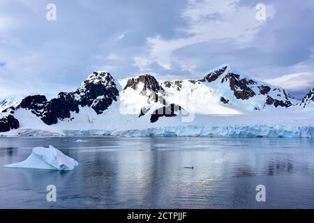 Eisberg schwimmt vor Elephant Island, Antarktis.