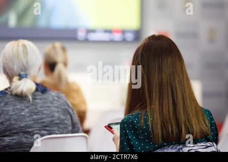 Business Woman und die Menschen hören auf der Konferenz. Bild horizontal - Stockfoto