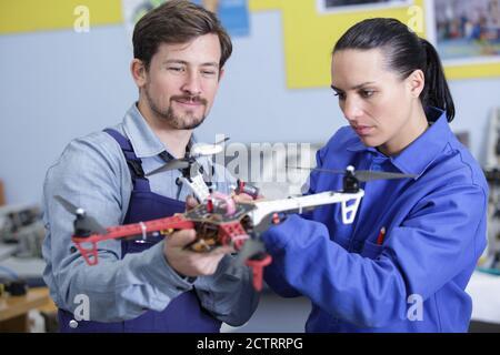 Ingenieur und Techniker arbeiten gemeinsam an Drone im Büro - Stockfoto