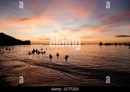 Sonnenuntergang Himmel Gefälle entlang der Meereshorizont Strand Blick