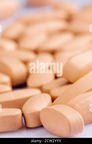 Nahaufnahme von Multi-Vitamin und Mineral auf weißem Hintergrund Mit geringer Schärfentiefe - Stockfoto