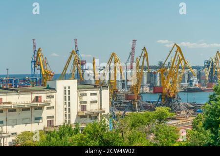 Odessa, Ukraine - August 17 2019: Frachtkran, Schiff und Korntrockner im Hafen