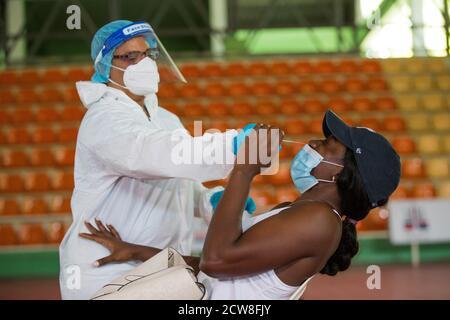 """Eine Spielerin der 'Queens of the Caribbean', Spitzname der Dominikanischen Frauen-Volleyball-Mannschaft, durchläuft einen COVID-19 Test in Santo Domingo, Dominikanische Republik, 28. September 2020. Die für die Olympischen Spiele in Tokio qualifizierten Dominikaner unterzogen sich am Montag PCR-Tests, die zuverlässigsten zum Nachweis des Coronavirus, bevor sie begannen, in einer """"Blase"""" zu trainieren, um sich vor der Pandemie zu schützen. Die ersten, die sich den Tests unterzogen, waren die Boxer und die Mitglieder der Volleyballmannschaft der Frauen, und in den kommenden Tagen wird der Rest der Athleten das gleiche tun. EFE/Orlando Barria"""