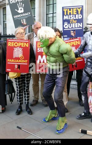 Robocop-Protestler verhaftete einen anderen Protestierenden, der Boris Johnson imitierte, der sich mit dem unglaublichen Hulk verglich, der die Fesseln der EU abwarf. Der Protestierende war während der Anhörung vor dem Obersten Gerichtshof in London, um die Prorogation des Parlaments anzufechten. 17. September 2019.die Prorogation des Parlaments wurde am 28. August 2019 von Königin Elizabeth II. Auf Anraten des konservativen Premierministers Boris Johnson angeordnet.Oppositionspolitiker sahen darin einen verfassungswidrigen Versuch, die parlamentarische Kontrolle über den Brexit-Plan der Regierung zu reduzieren.