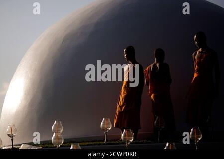 """Buddhistische Mönche vorbereiten Kerzen für das main Event das Yee Peng Festival in ihrem Tempel in der nördlichen Hauptstadt Chiang Mai 25. Oktober 2014. Das jährliche Festival ist als ein religiöses Ereignis gefeiert, in denen einheimische in der gesamten Region machen Verdienst und andere religiöse Tätigkeit ausüben. Das Highlight der Veranstaltung ist die Einführung des """"Khom Loy"""" oder schwimmende Laternen in den Nachthimmel. Bild 25. Oktober 2014. REUTERS/Dario Pignatelli (THAILAND - Tags: RELIGION, Gesellschaft) - Stockfoto"""
