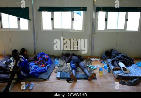 Vertriebenen Männer von ihren Verletzungen zu erholen, wie ruhen auf dem Boden in einem UN-Krankenhaus in Tomping Camp, wo einige 15.000 Vertriebene, die aus ihren Häusern geflohen von den Vereinten Nationen, in der Nähe des Südsudans Hauptstadt Juba 7. Januar 2014 geschützt sind. REUTERS/James Akena (Süd-SUDAN - Tags: Politik Unruhen Konflikt Gesundheit)