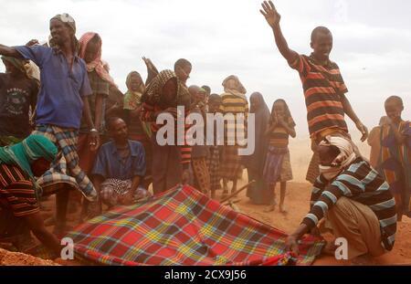 Vor kurzem begraben kamen Flüchtlinge aus Somalia den Körper des 18-Monate-alten Sahro Mohamed starb an akuter schwerer Mangelernährung und Dehydrierung, im Flüchtlingslager Kobe, 60 km (37 Meilen) von Dolo Ado in der Nähe der Grenze zu Äthiopien-Somalia, 12. August 2011. Sahro und ihre Familie von acht kamen im Flüchtlingslager nach einem Spaziergang für 30 Tage von Modalita Dorf in Somalia vor 26 Tagen, und sie litt seit zwei Wochen bevor er an Dürre und Hungersnot damit verbundenen Komplikationen. REUTERS/Thomas Mukoya (Äthiopien - Tags: DISASTER-Umwelt-Gesellschaft-Bilder des Tages) Stockfoto