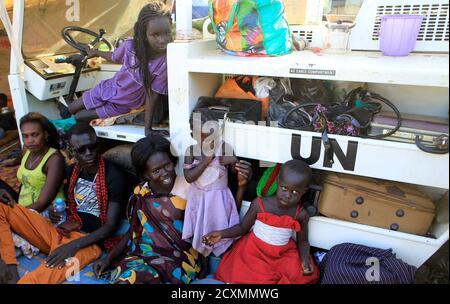 Vertriebene Familien werden gesehen, die in der Tomping UN-Basis in der Nähe des internationalen Flughafens Juba am 24. Dezember 2013 campten. Die Auseinandersetzungen zwischen rivalisierenden Soldatensoldaten in Juba haben sich vor einer Woche über das Land ausgebreitet, das 2011 nach Jahrzehnten des Krieges seine Unabhängigkeit vom Sudan gewann. Präsident Salva Kiir aus der südsudanesischen Dinka-Volksgruppe hat dem ehemaligen Vizepräsidenten Riek Machar, einem Nuer, den er im Juli entlassen hatte, vorgeworfen, er habe versucht, einen Staatsstreich zu starten. Machar wies die Anklage zurück, hat aber seitdem gesagt, er kommandiert Truppen, die die Regierung bekämpfen. REUTERS/James Akena (SÜDSUDAN - Tags: POLITISCHE UNRUHEN)