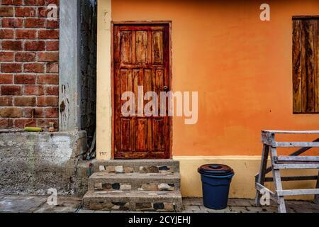 La Entrade, Ecuador - September 14, 2018 - Tür und Schritten auf neu lackiert orange Wand - Stockfoto