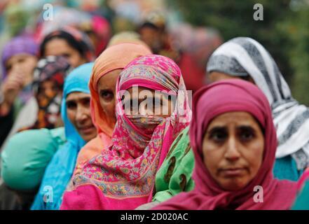 Wähler richten ihre Stimmen vor einem Wahllokal in der ersten Phase der Jammu und Kaschmir Zustand Versammlung Wahlen an Lar, östlich von Srinagar 25. November 2014. Die fünf-Phasen-Umfragen in Jammu und Kaschmir am 20. Dezember endet und die Wahlergebnisse würde am 23. Dezember. REUTERS/Dänisch Ismail (indisch verwalteten Kaschmir - Tags: Politik Wahlen) - Stockfoto