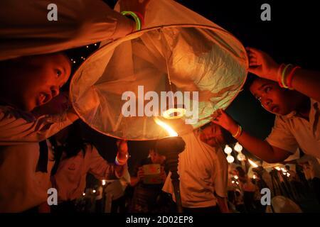 """Menschen frei schwimmende Laternen während des Festivals von Yee Peng in der nördlichen Hauptstadt Chiang Mai 25. Oktober 2014. Das jährliche Festival ist als ein religiöses Ereignis gefeiert, in denen einheimische in der gesamten Region machen Verdienst und andere religiöse Tätigkeit ausüben. Das Highlight der Veranstaltung ist die Einführung des """"Khom Loy"""" oder schwimmende Laternen in den Nachthimmel. Bild 25. Oktober 2014. REUTERS/Dario Pignatelli (THAILAND - Tags: RELIGION, Gesellschaft) - Stockfoto"""