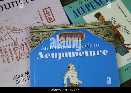 Viersen, Deutschland - 9. Juli. 2020: Blick auf Pile alte englische und chinesische Akupunkturbücher