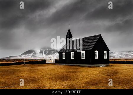 Berühmte schwarze Kirche von Búðakirkja auf der Halbinsel Snæfellsnes. - Stockfoto