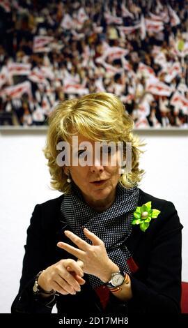 Esperanza Aguirre, Madrid Regional President, Gesten, während einer ihrer Partido Popular regionale Vorstandssitzung in der Parteizentrale in Madrid 11. Februar 2009. High Court Richter Baltasar Garzon genannt Verdächtigen in einer Untersuchung der Korruption in der Partido Popular, wobei die Gesamtzahl der Verdächtigen auf 37 34 Personen am 10. Februar 2009. Die Untersuchung der Korruption kommt am Heck Anschuldigungen wegen Spionage in der Partei in die populäre Partei Madrider Regionalregierung.  REUTERS/Sergio Perez (Spanien)