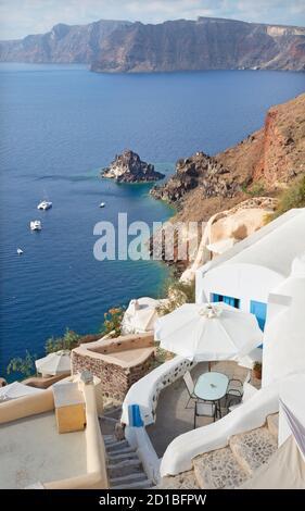Santorin - das Aussehen von Oia nach Süden. - Stockfoto
