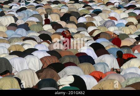 Ein Junge steht wie Moslems das Eid al-Adha Gebet in Karatschi 9. Dezember 2008 durchführen. Pakistanische Muslime feiern Eid al-Adha um das Ende der Haj durch Schlachtung Schafe, Ziegen, Kamele und Kühe zum Propheten Abrahams Bereitschaft, seinen Sohn Ismail auf Gottes Befehl Opfern zu gedenken.  REUTERS/Athar Hussain (PAKISTAN)