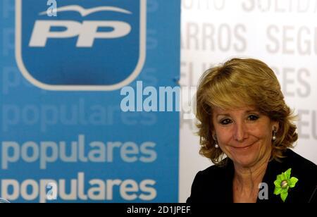 Esperanza Aguirre, Madrid Regional President, lächelt, als sie der Partido Popular Bundesvorstands treffen in der Parteizentrale in Madrid 11. Februar 2009 besucht. High Court Richter Baltasar Garzon genannt Verdächtigen in einer Untersuchung der Korruption in der Partido Popular, wobei die Gesamtzahl der Verdächtigen auf 37 34 Personen am 10. Februar 2009. Die Untersuchung der Korruption kommt am Heck Anschuldigungen wegen Spionage in der Partei in die populäre Partei Madrider Regionalregierung.  REUTERS/Sergio Perez (Spanien)