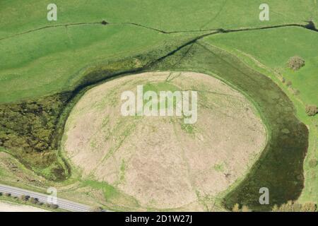Silbury Hill, ein großer spätneolithischer monumentaler Hügel, in der Nähe von Avebury, Wiltshire, Großbritannien. Luftaufnahme. - Stockfoto