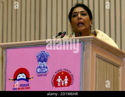 """Indiens Union Minister of State für Frauen und Kinderentwicklung, Renuka Chowdhury, spricht während einer nationalen Konferenz über """"Speichern the Girl Child"""" in Neu-Delhi 28. April 2008. Die Vereinten Nationen sagte, dass schätzungsweise 2.000 ungeborenen Mädchen jeden Tag in Indien illegal abgetrieben werden. REUTERS/B Mathur (Indien) - Stockfoto"""