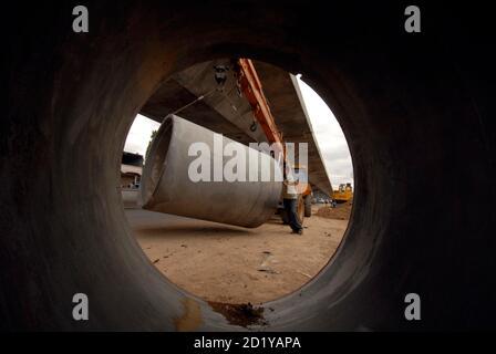 Arbeiter arbeiten auf einer Überführung in der Konstruktion der südlichen indischen Stadt Hyderabad 2. Juli 2009. Indien konnte dieses Jahr ein Wachstum von rund 7 Prozent und mehr in den kommenden Jahren wenn es umfassende Reformen, einschließlich der Entfernung von Treibstoffsubventionen und beschleunigt die Entwicklung der Infrastruktur, ein Bericht der Regierung sagte am Donnerstag. REUTERS/Krishnendu Halder (Indien BUSINESS Politik Bau) - Stockfoto